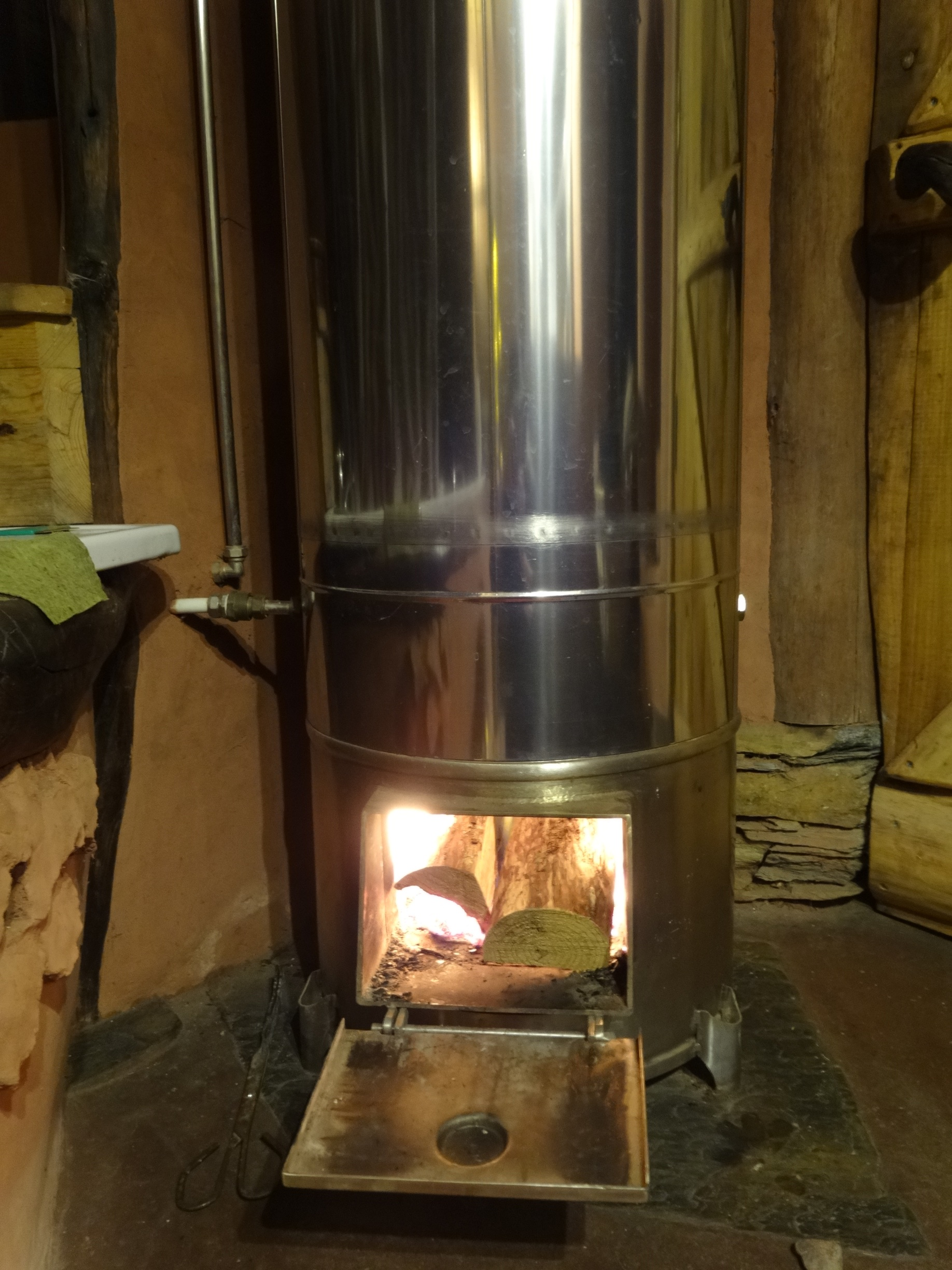 Wood-burning water heater or bailarina